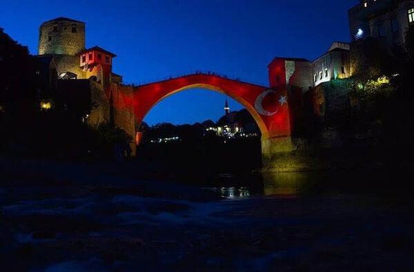 Tarihi köprü kırmızı beyaz